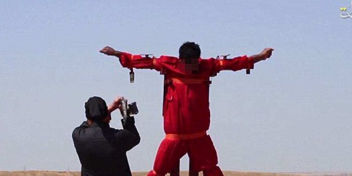 ISIS publica video en el que le corta las manos a un prisionero