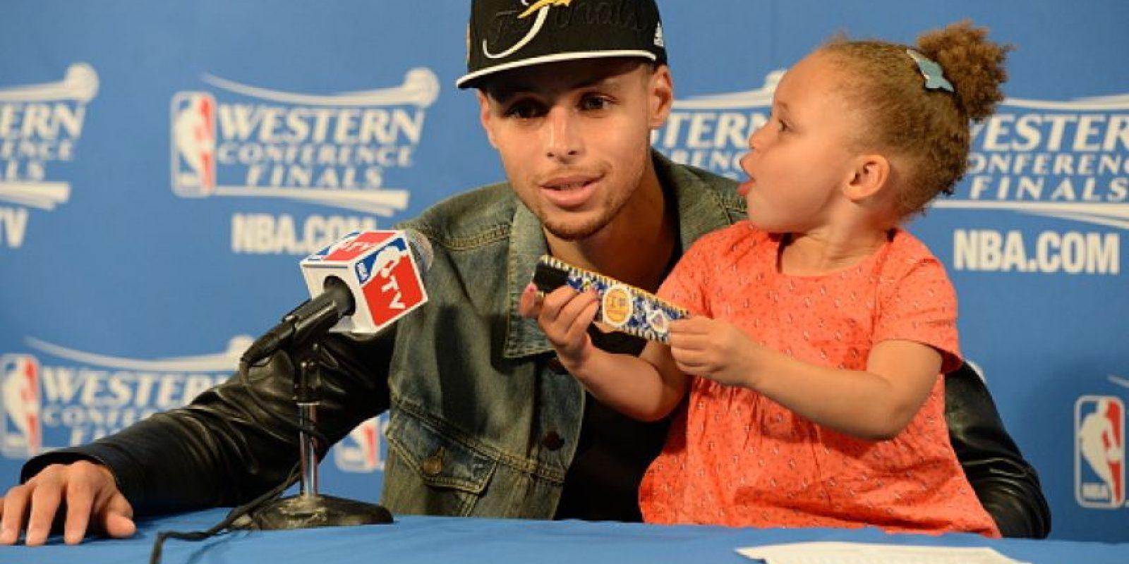 Acompaña a su padre a todos lados y combina sus bellos ojos claros con bostezos cuando él habla. Foto:Getty Images