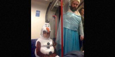 """En esta primera imagen, filtrada por medio de Reddit, podemos ver a un papá vestido igual que Elsa de """"Frozen"""" junto a su pequeña quien decidió convertirse en el muñeco de nieve """"Olaf"""". Foto:Reddit"""