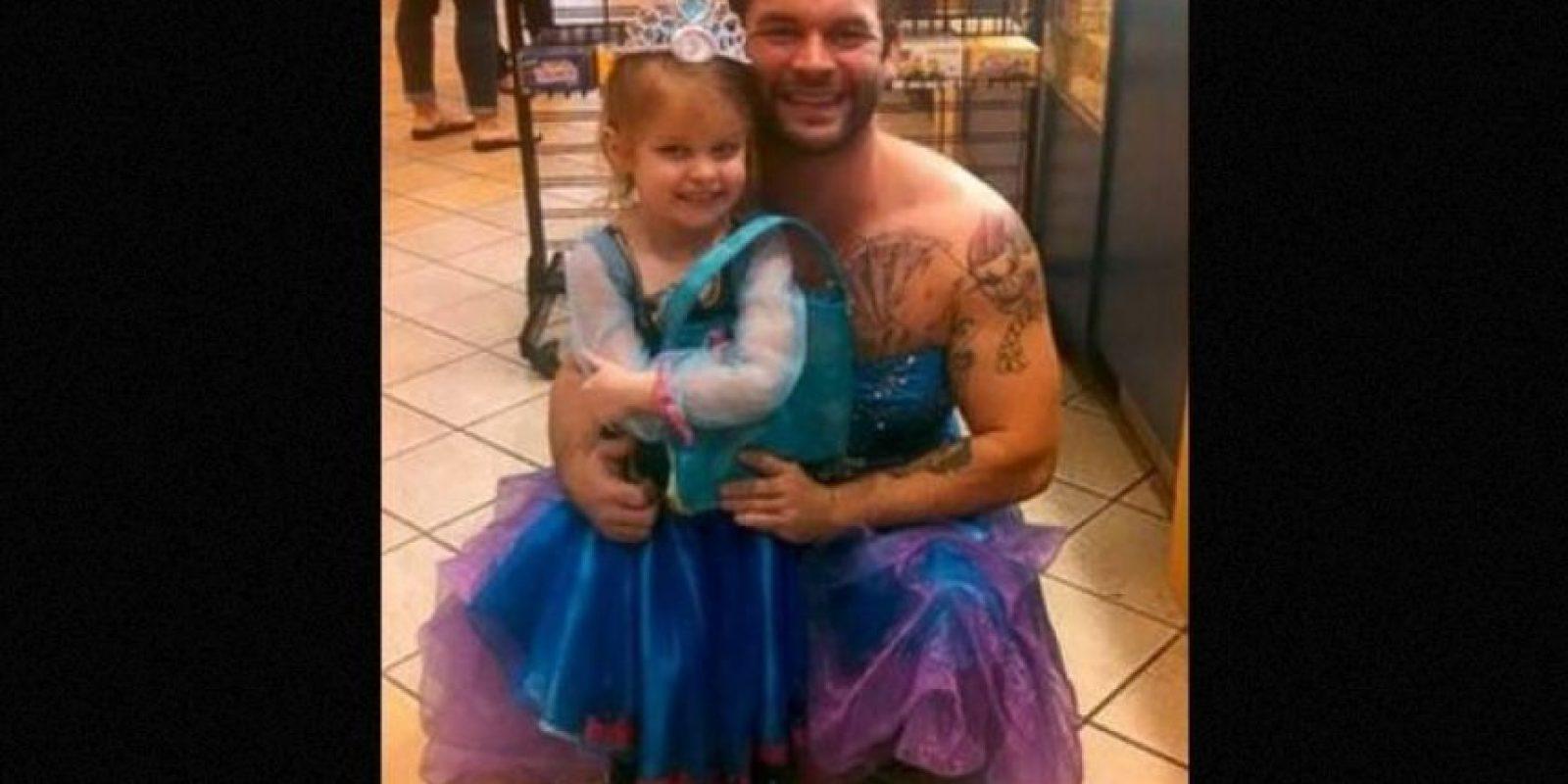 1. Hombres se disfrazan de princesas para celebrar a sus hijos Foto:Reddit