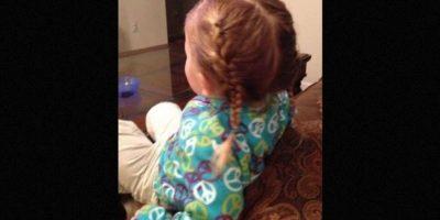 En sus descansos, aprendió a peinar a su niña con varios estilos. Foto:Facebook.com/Greg Wickherst