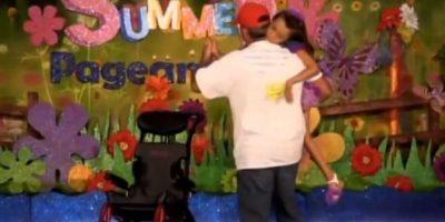 Mike Carey bailó con ella, el video se volvió viral y gracias a eso pudo reunir en miles de dólares, para los cuidados de su hija Foto:YouTube – Kenzie Carey