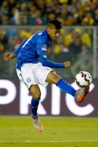 En el transcurso del duelo, el crack brasileño le dio un cabezazo a Murillo y un pelotazo a Armero. Foto:Getty Images