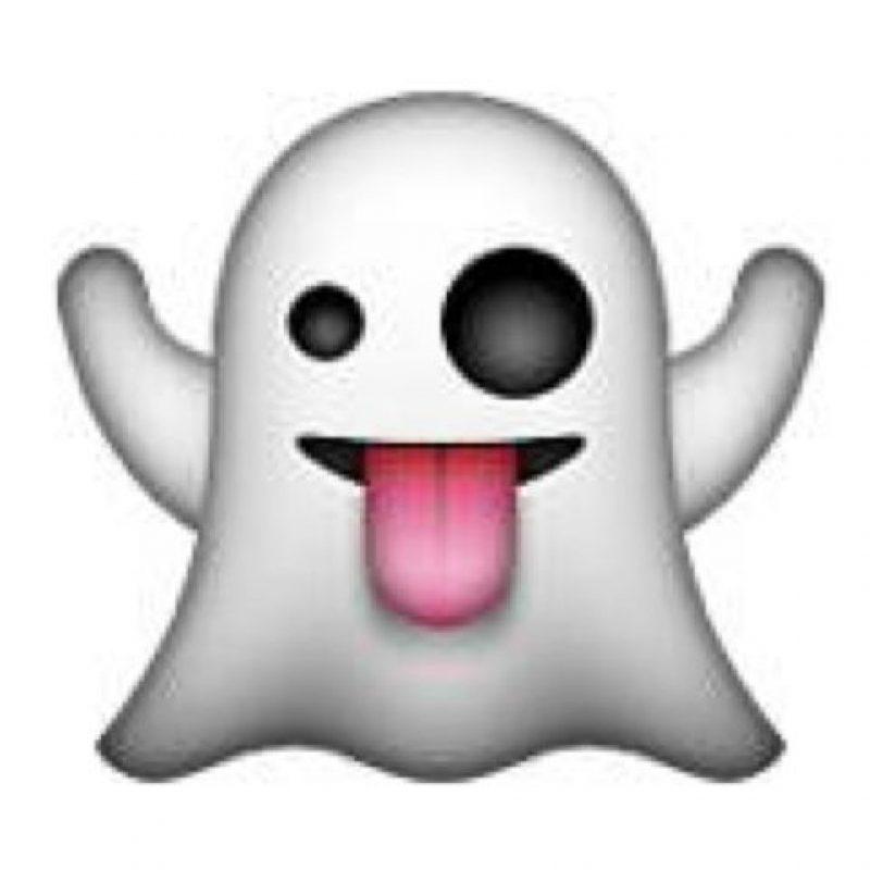 Fantasma con un ojo abierto y la lengua de fuera. Foto:emojipedia.org