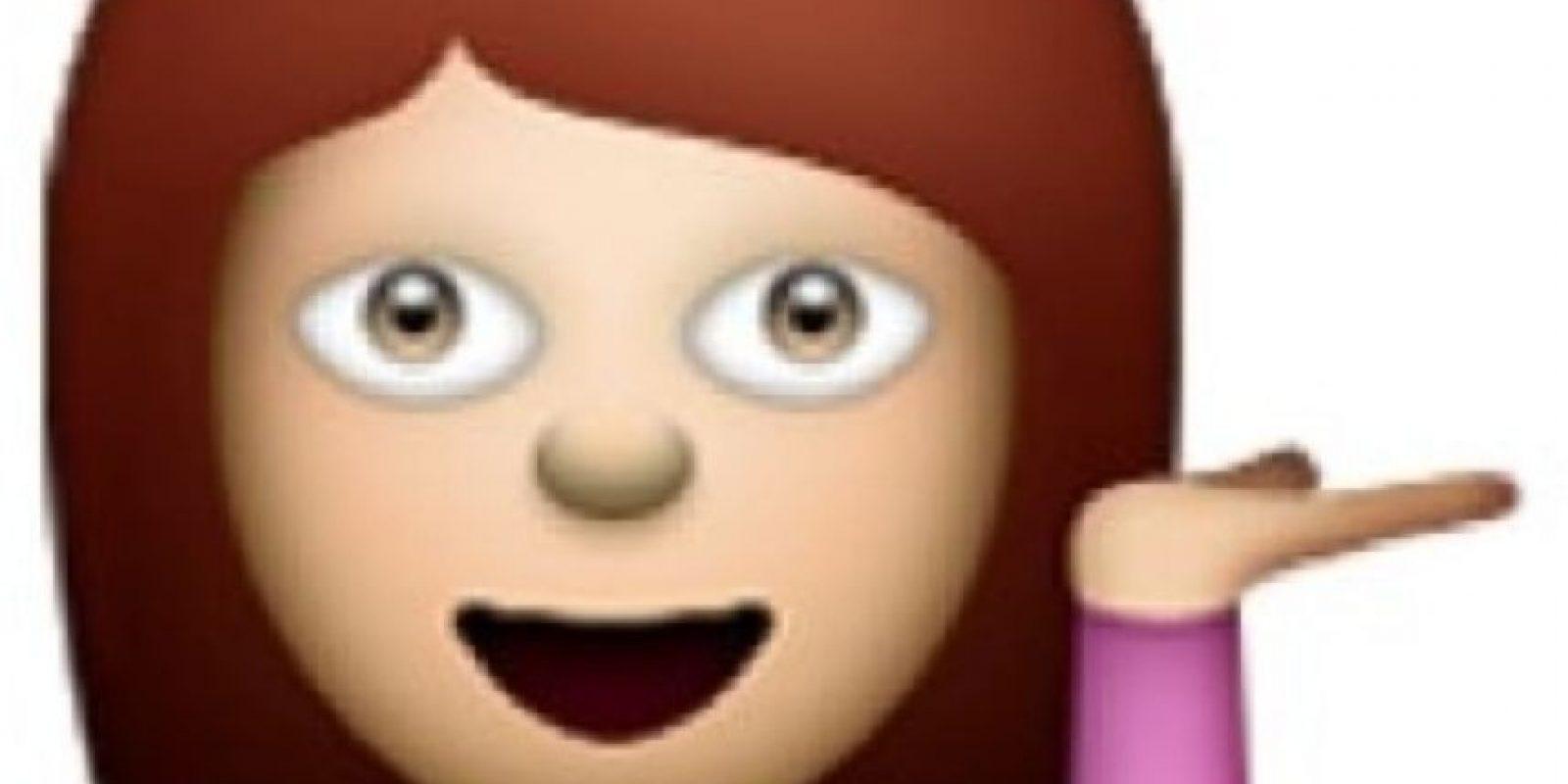 Mujer con la mano izquierda en alto como sostenido una bandeja invisible. Foto:emojipedia.org