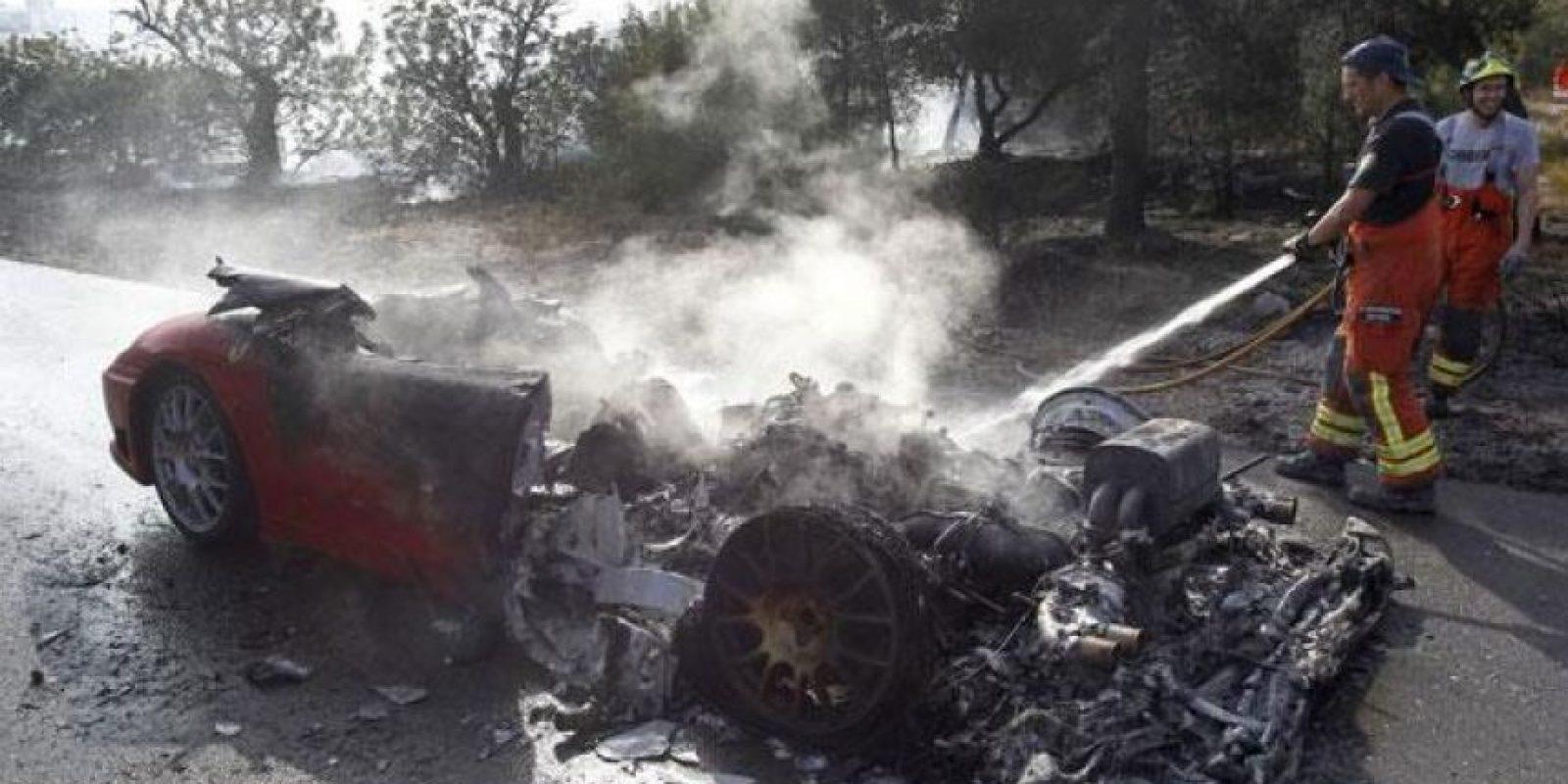 El argentino Ever Banega se dirigía al entrenamiento del Valencia a bordo de su Ferrari cuando estrelló el auto en las proximidades de la Ciudad Deportiva de Paterna. Banega salió ileso, pero el automóvil se quemó y casi no quedó nada de él. Foto:Vía twitter.com/jmrodriguez11