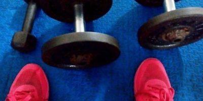 No será necesario ir al gimnasio para ejercitarse, con pesas o polainas, desde casa podrá tonificar sus músculos. Foto:Vía instagram.com/meladear