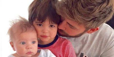 El defensa español al lado de sus hijos Milan y Sasha. Foto:Vía instagram.com/3gerardpique