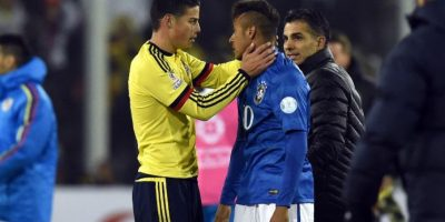 James Rodríguez consuela a Neymar Foto:AFP