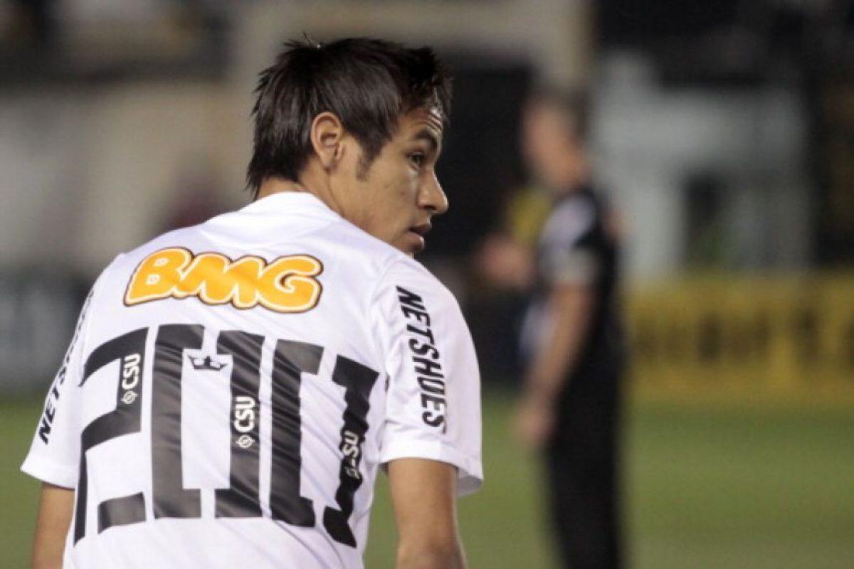 """El astro brasileño vestía la camiseta de Santos de Brasil en ese entonces y un rival del Fluminense fue víctima de los espectaculares """"sombreritos"""" del crack. Foto:Getty Images"""