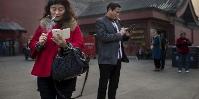 """El experto Kenneth K. Hansraj dijo que """"la gente se pasa al día una media de entre dos y cuatro horas con la cabeza inclinada, leyendo y escribiendo en sus smartphones y dispositivos"""" Foto:Getty Images"""