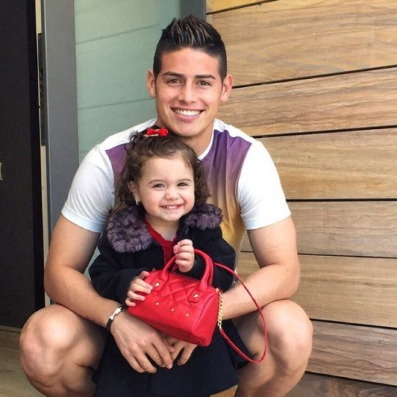 Pero además de ello, James es un padre adorable. Siempre comparte fotos de su pequeña hija Salomé, a quien trata como una reina. Foto:Vía instagram.com/jamesrodriguez10