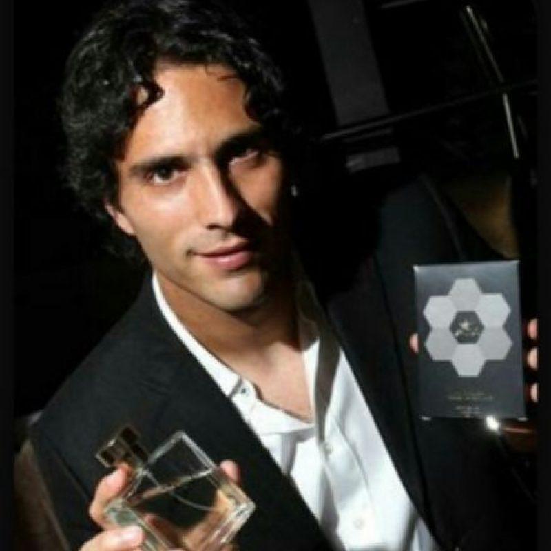 """En 2012, el delantero mexicano también entró al mundo de los perfumes. De Nigris lanzó su fragancia llamada """"ADN9"""" en colaboración con Kisma México. Foto:mercadolibre.com.mx"""