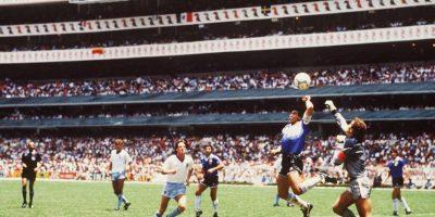 """El tanto fue llamado """"la mano de Dios"""" porque cuando se le preguntó a Maradona cómo había anotado tan polémico gol el respondió: """"Un poco con la cabeza y un poco con la mano de Dios"""". Foto:Getty Images"""