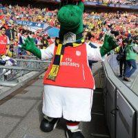 """¿Qué tal? """"Gunnersaurus"""" es la mascota del Arsenal. Foto:Getty Images"""