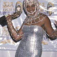 """Armadura medieval de """"Viva el año 2000"""" porque soy Lil Kim y puedo. Foto:vía Getty Images"""