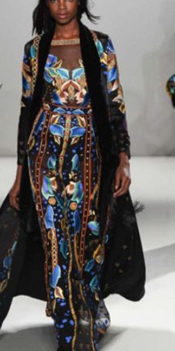 Le quita espectacularidad al vestido quitándole el chaleco largo. Fuera de eso, lo hace ver vulgar con el severo contraste bajo las transparencias. Foto:vía RedCarpetFashion Awards