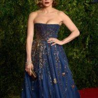 Jennifer López, en cambio, adapta este Valentino de otoño. Foto:vía Getty Images