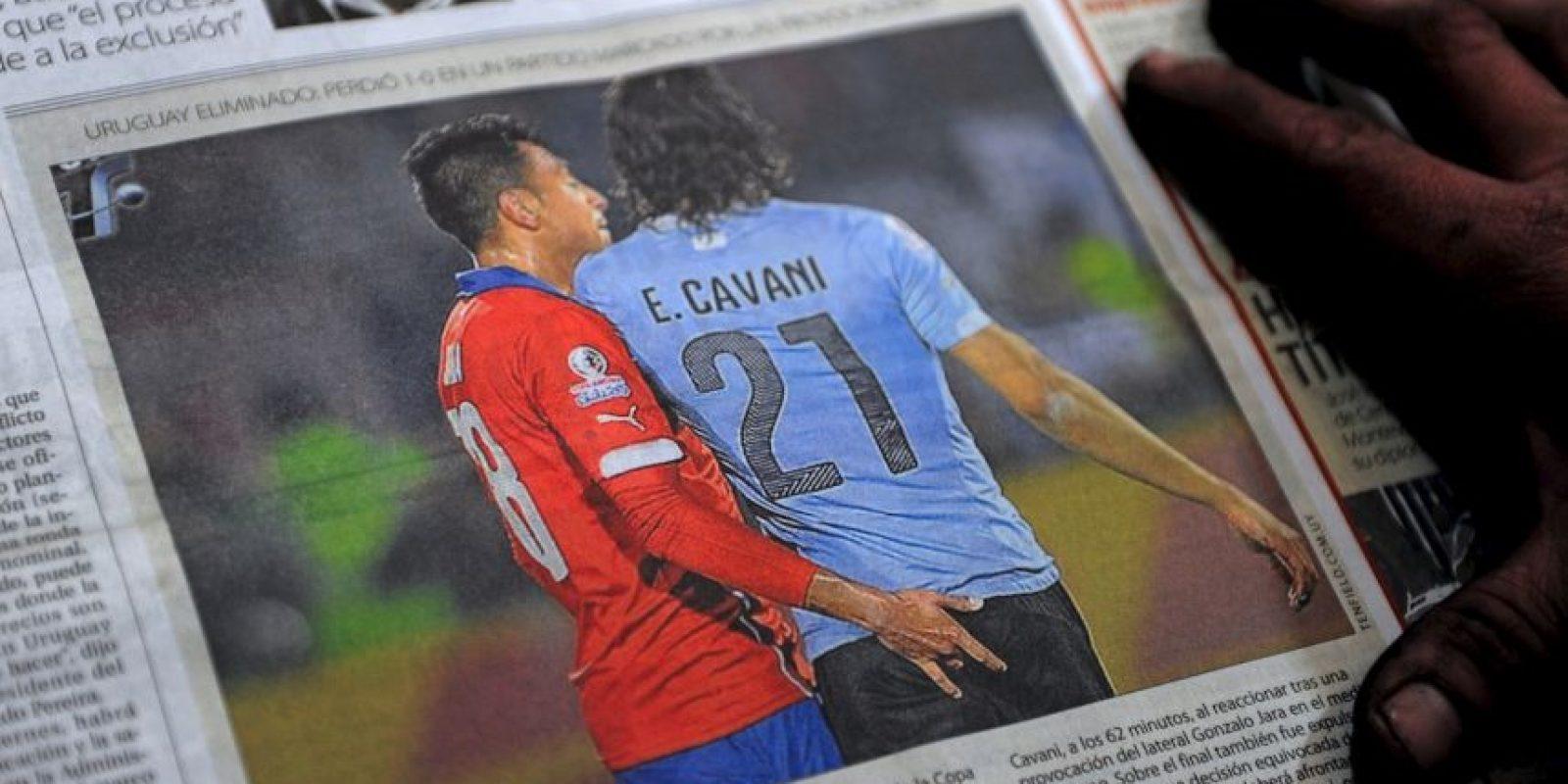 Este fue el polémico gesto de Gonzalo Jara a Edinson Cavani. Foto:AFP