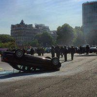 Un auto con las llantas hacia arriba en símbolo de protesta. Foto:instagram.com/guillaume.ds