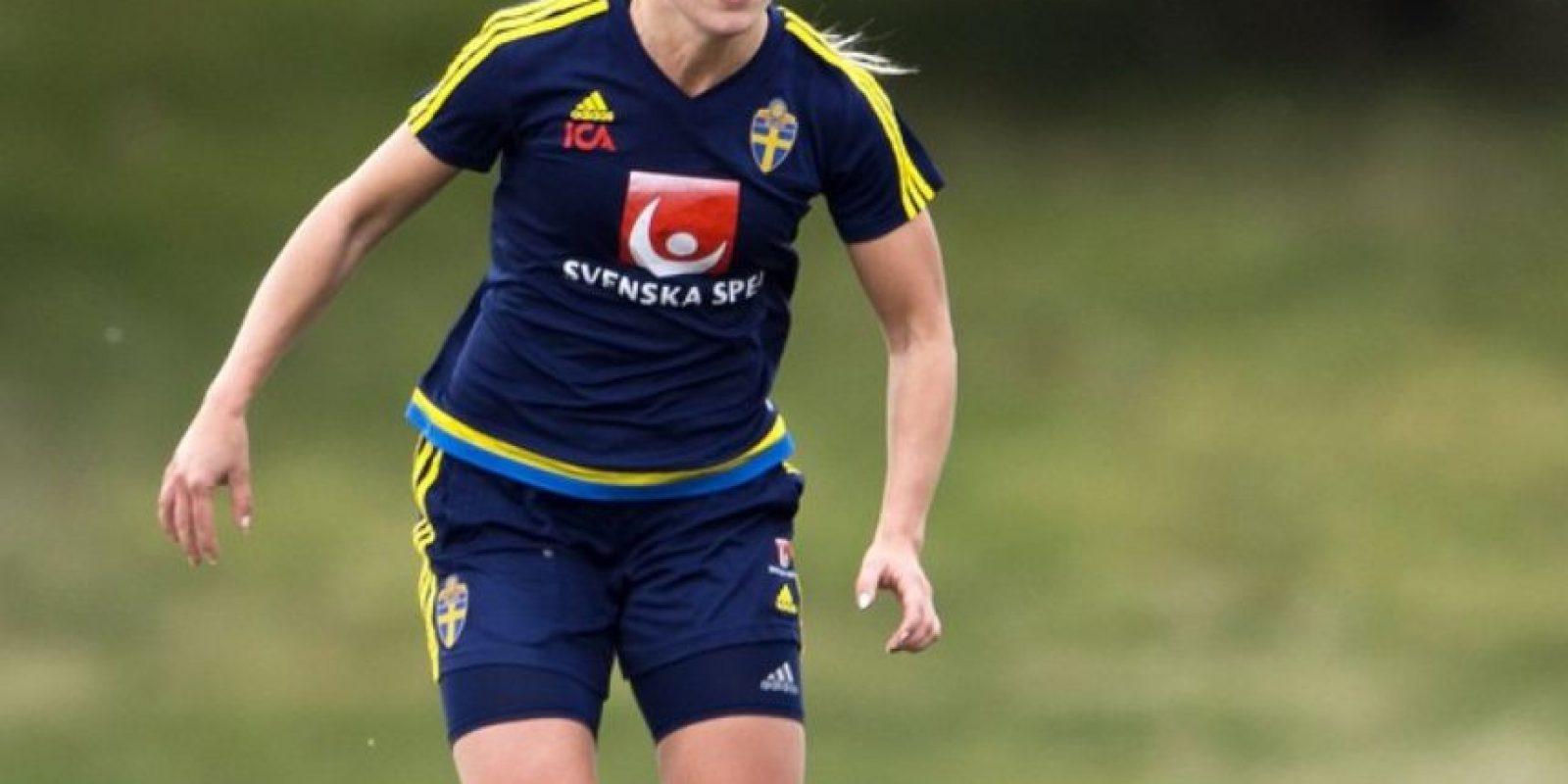 La hermosa rubia de 22 años cuenta con habilidad y velocidad para jugar como defensa o volante Foto:Vía instagram.com/erubensson
