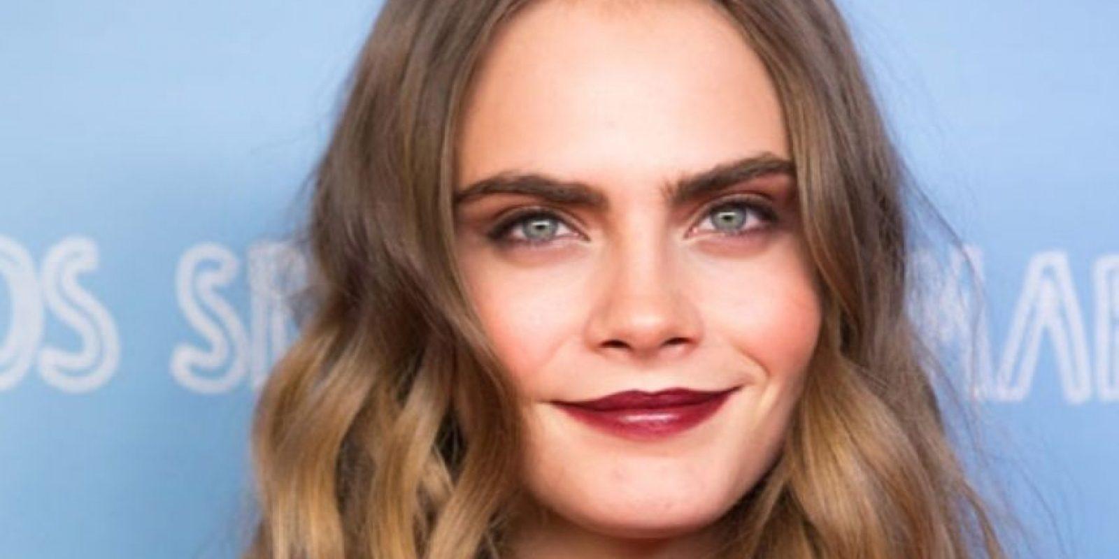 Cara Delevingne revivió la tendencia ochentera de llevar las cejas pobladas. Foto:vía Getty Images