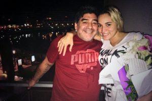 """En la cena de fin de año de los Maradona en diciembre de 2013, Verónica Ojeda, exnovia del futbolista, llegó con """"Dieguito"""" el hijo de ambos. Foto:Vía twitter.com/rogeraldineoliv"""