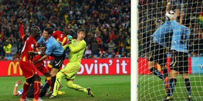"""En el Mundial de Sudáfrica 2010, """"Luisito"""" fue expulsado luego de que metiera la mano para impedir un gol de Ghana en los cuartos de final Foto:Getty Images"""