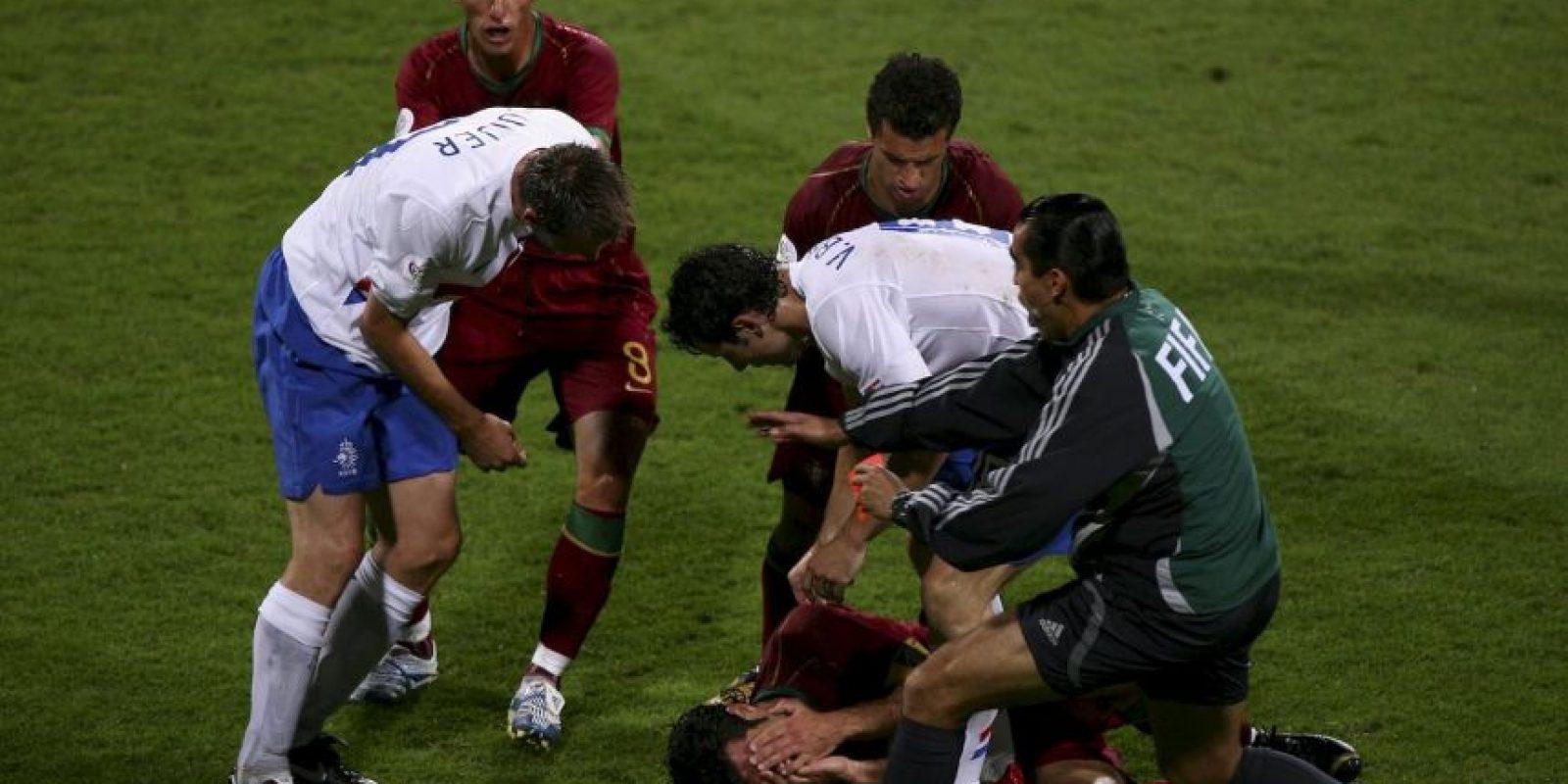 """Cuatro futbolistas fueron expulsados y el árbitro mostro 16 tarjetras amarillas en un partido accidentado entre Portugal y Holanda, del Mundial de 2006, que fue bautizado como la """"Batalla de Nuremberg"""" Foto:Getty Images"""