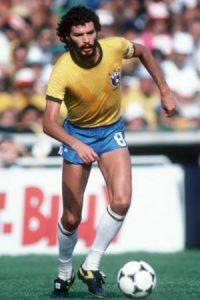 """El fallecido exfutbolista brasileño también combinó fútbol con estudios y en 1977 se graduó como médico por la Universidad de Sao Paulo, así se ganó el apodo de """"El doctor"""" con el que fue conocido mientras brilló en las canchas. Foto:Getty Images"""