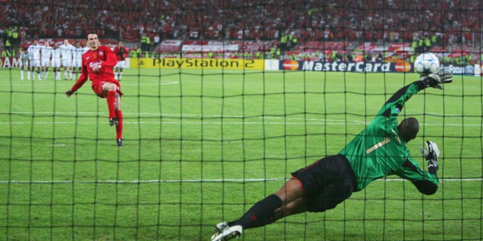 """Al medio tiempo de la final de la Champions League en 2005, Liverpool perdía 3-0 con el AC Milán. Sin embargo, en el segundo tiempo el dramatismo llegó cuando los """"Reds"""" empataron el encuentro y se llevaron la definición a los tiros penales. Ahí, se impusieron por marcador 3-2. Foto:Getty Images"""