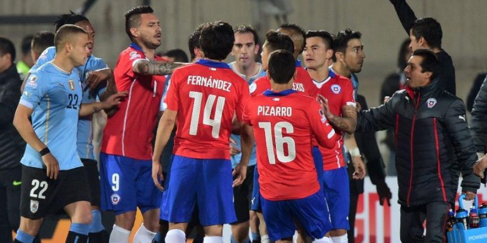 """Los chilenos vencieron a los charrúas 1-0 en un polémico partido marcado por el """"dedazo"""" de Gonzalo Jara a Edinson Cavani Foto:AFP"""