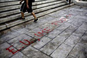 Alexis Tsipras anuncia un referéndum para el próximo 5 de julio, en el que los ciudadanos griegos decidirán su futuro sobre su permanencia en la eurozona. Además, se menciona la posible salida de la eurozona y el cierre de los bancos europeos durante una semana, hasta el 6 de julio. Foto:AFP