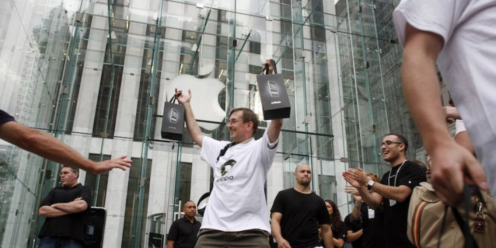 Dos iPhones de una vez. Foto:Getty Images