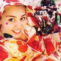 Miley Cyrus, con un onesie de pizza. Foto:vía Instagram/Miley Cyrus