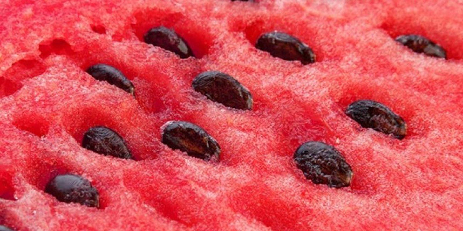 1. Es la fruta que más agua contiene ya que se compone de un 93% de ella, lo que hace que su valor calórico sea de apenas 20 calorías por 100 gramos. Foto:Pixabay