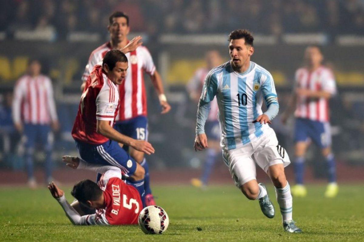 2. También hay magia en el terreno de juego. No hay mejor ejemplo que esta jugada en la que Messi deja en el camino a dos paraguayos, en la semifinal del torneo Foto:AFP