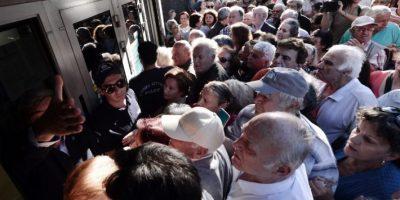 Es la única vez que abrirán, tras el corralito impuesto desde el pasado lunes Foto:AFP