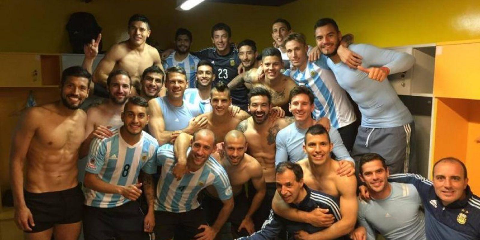 A través de las redes sociales, los finalistas de la Copa América han ido compartiendo con sus seguidores, los momentos de intimidad en el seno del equipo. Ya se hizo costumbre que se publiquen fotos en el vestidor después de una importante victoria. Foto:Vía facebook.com/AFASeleccionArgentina