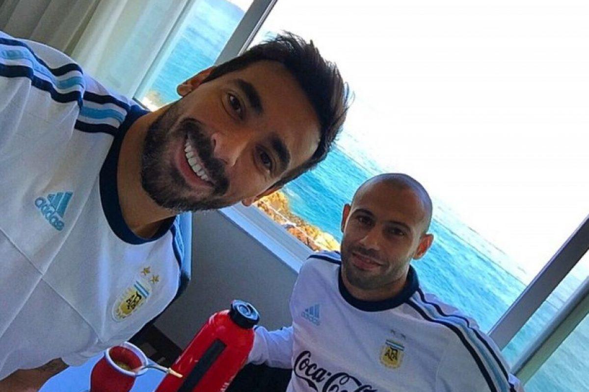El jugador del PSG comparte selfies con sus compañeros y amigos ya sea durante la comida o en un momento de descanso. Foto:Vía instagram.com/pocho22lavezzi