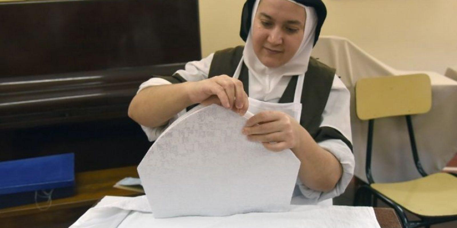 Las Carmelitas Descalzas preparan las hostias que se repartirán en las misas celebradas durante la visita de Francisco Foto:AFP