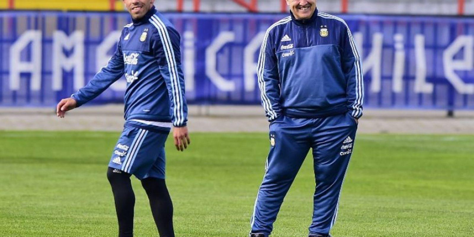 Le gusta charlar con sus futbolistas dentro del campo Foto:AFP