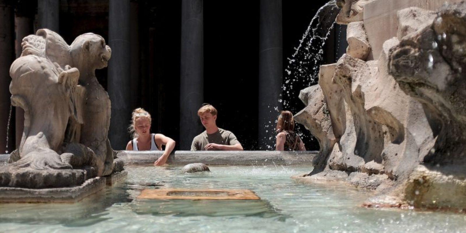 Las fuentes de Italia sirven para refrescar un poco el cuerpo Foto:AFP