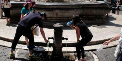 Los turistas también buscan la manera de quitarse el calor. Foto:AFP