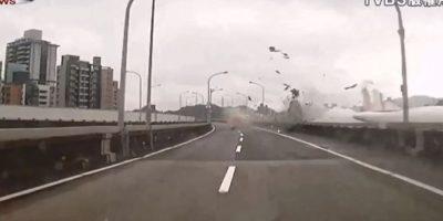 Cayó poco después de haber despegado del aeropuerto de Sungstan, en Taipei, Taiwan, China Foto:AFP