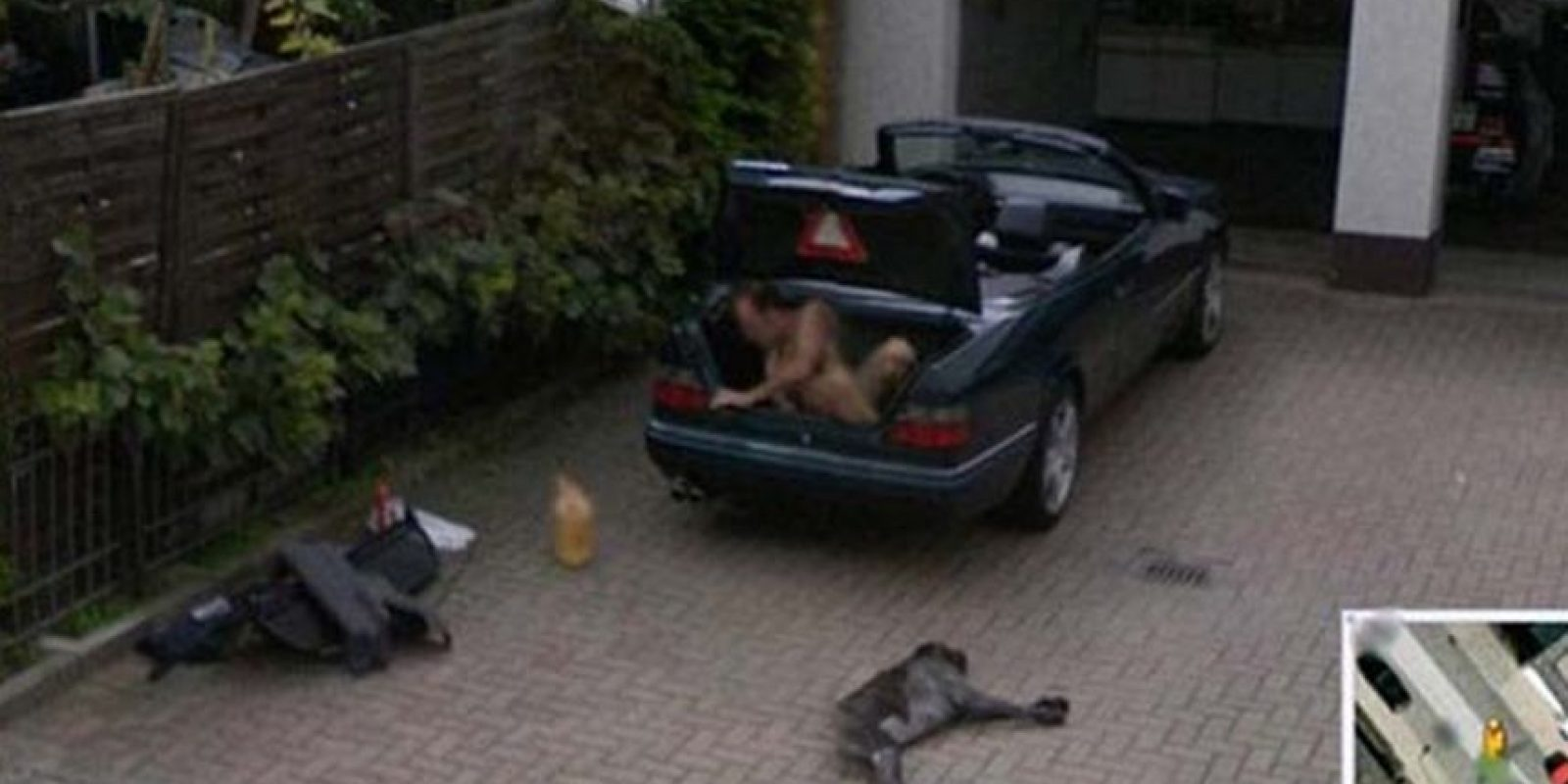 Un hombre saliendo de la cajuela de un auto. Foto:Google