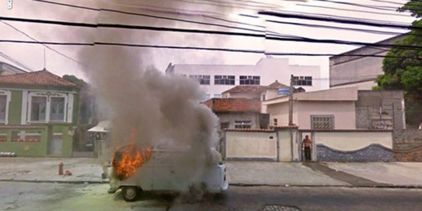 Una camioneta incendiándose. Foto:Google