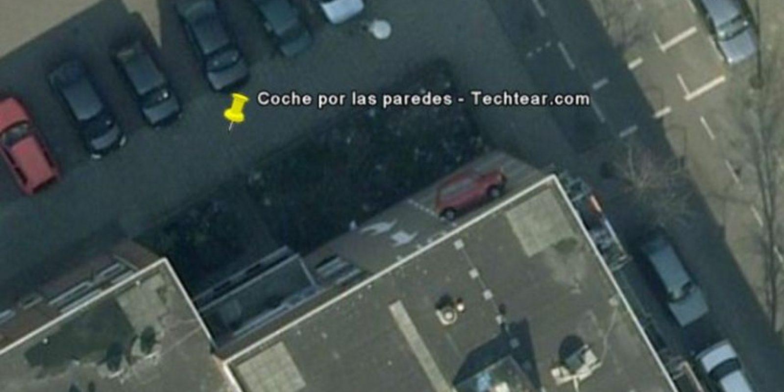 Un auto estacionado en una pared. Foto:Google