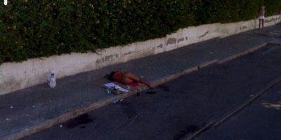 Una persona durmiendo en la calle. Foto:Google