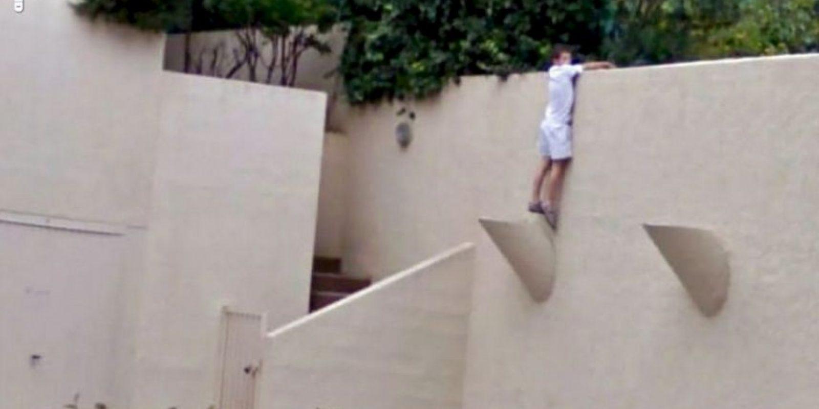 Un hombre escalando una pared. Foto:Google